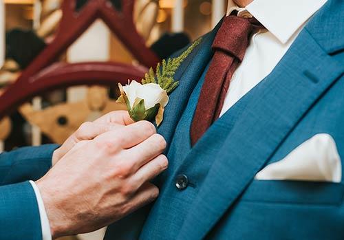 Best-man-fixing-grooms-tie