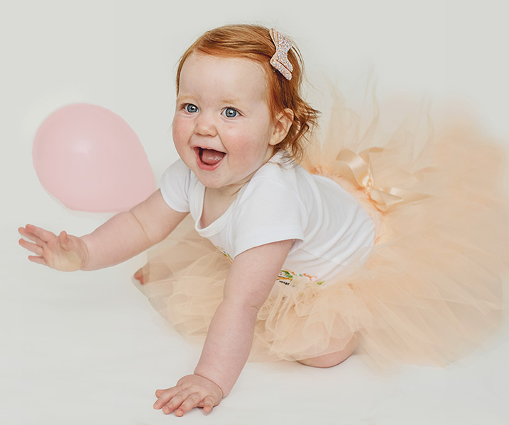 little girl with a pink balloon - Cake Smash In Northwich